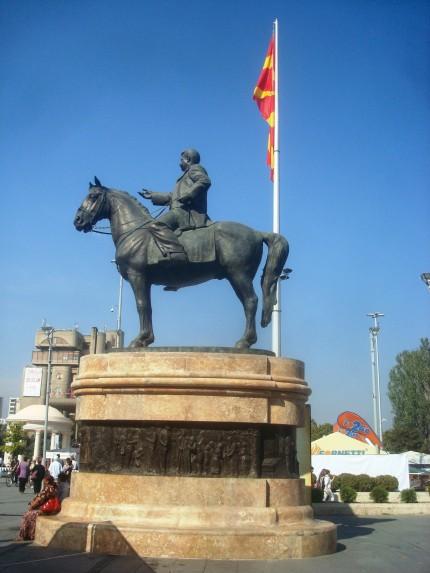 makedonya_meydani_goce_delcev_heykeli