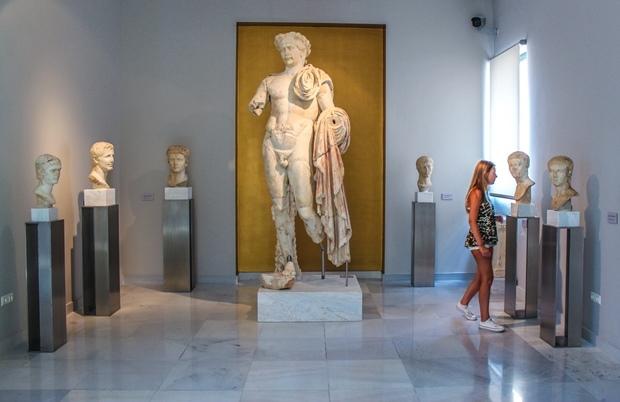 samos_pythagorio_arkeoloji_muzesi_trajan_heykeli