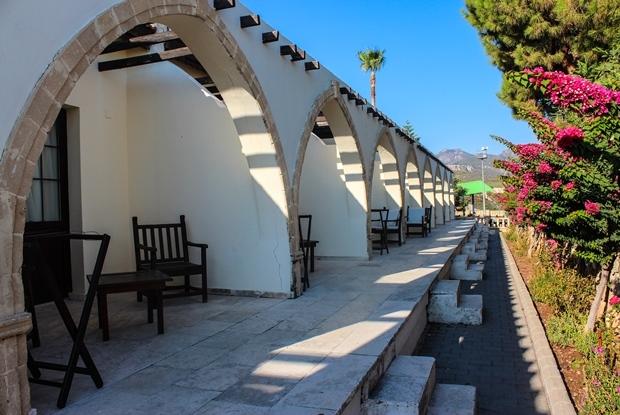 kibris_girne_bellapais_monastery_village_hotel