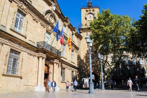 aix-en-provence-place-de-l-hotel-de-ville-saat-kulesi