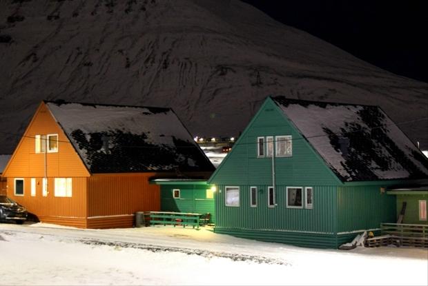 svalbard-longyearbyen-renkli-evler-2