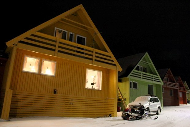 svalbard-longyearbyen-renkli-evler